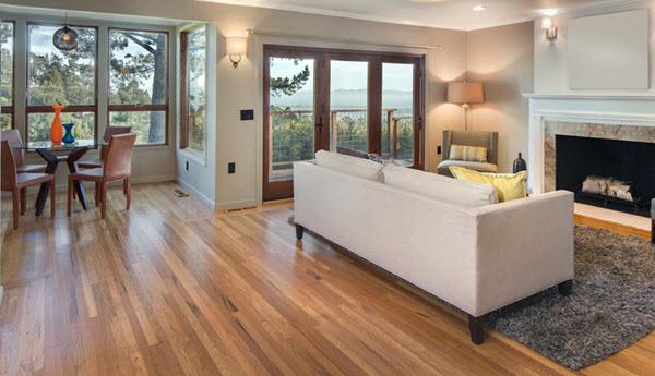 Los pisos de madera dura requieren cuidado y mantenimiento