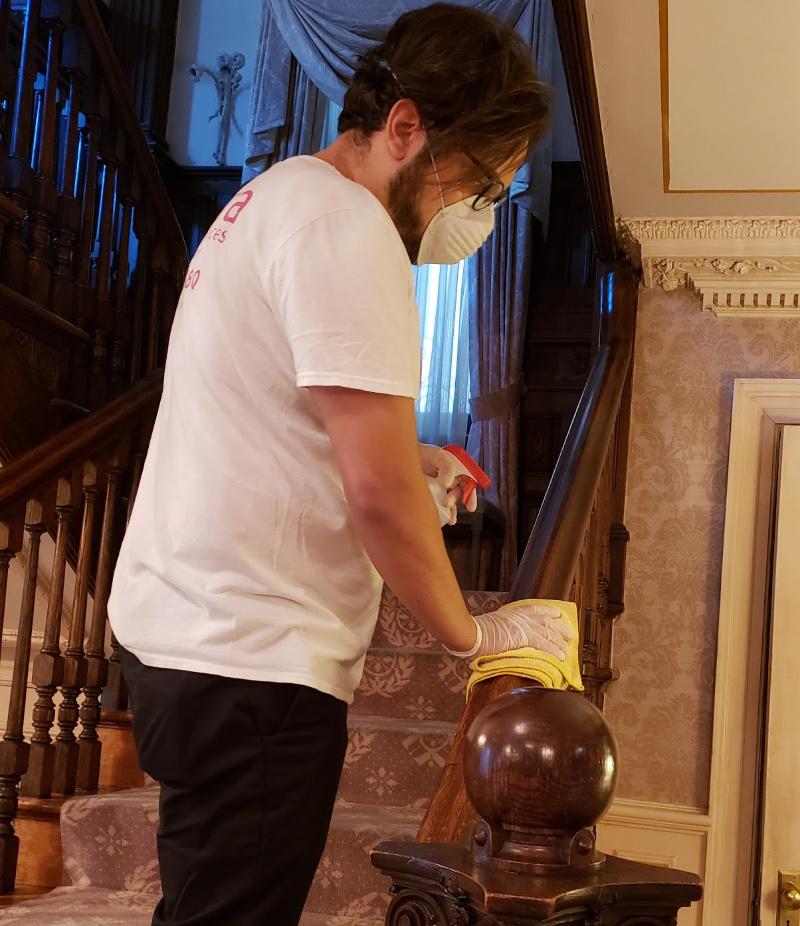 Foto de empleado de limpieza de la casa de desinfección
